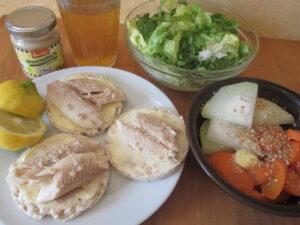 Reiscracker mit Butter und Forelle